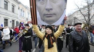 Russos fazem passeata em Moscou neste domingo (2) para expressar apoio à maioria de língua russa na Crimeia e protestar contra o novo governo de Kiev.