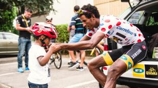 Daniel Teklehaimanot et un petit fan lors du Tour de France 2015.