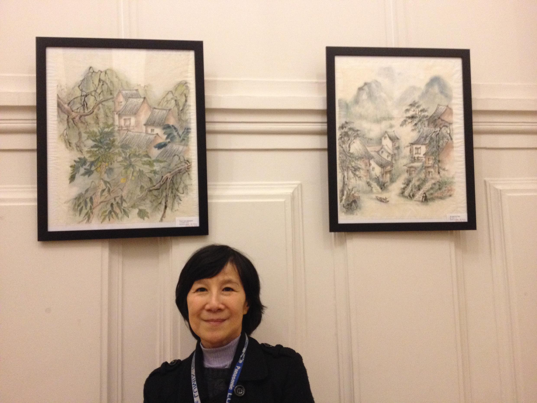 旅法华人媒体人,作家和画家施文英2014年1月27日在巴黎13区的个人画展上。