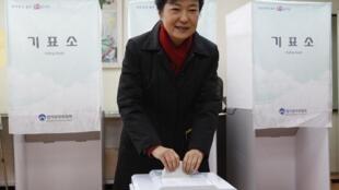 A conservadora Park Geun-hye, que pertence ao partido do presidente, é indicada pelas pesquisas como a vencedora da eleição desta quarta-feira.