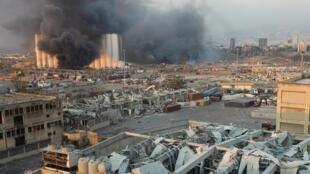 De la fumée s'élève du site d'une explosion à Beyrouth, au Liban, le 4 août 2020.