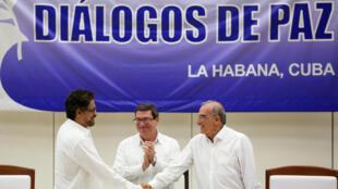 Thỏa thuận hòa bình giữa chính phủ Colombia và lực lượng Farc. Trong ảnh, lãnh đạo Farc Ivan Marquez (trái) và đại diện chính quyền Humberto de la Calle (phải), La Havane, ngày 24/08/2016.