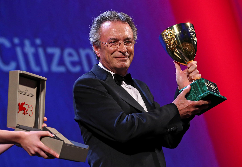 Oscar Martinez muestra la Copa Volpi, premio al mejor actor. Venecia, el 10 de septiembre de 2016.