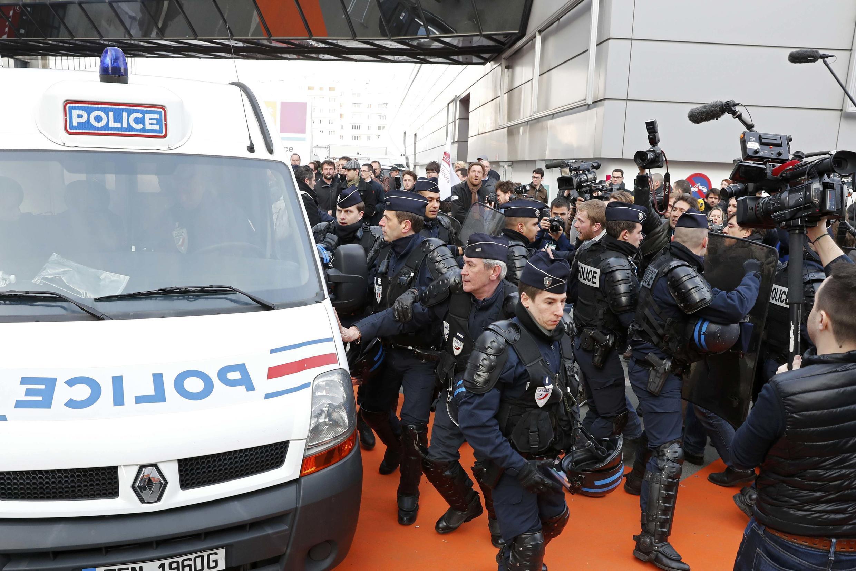 На Сельскохозяйственном салоне в Париже фермеры освистали Франсуа Олланда и разгромили стенд министерства сельского хозяйства.