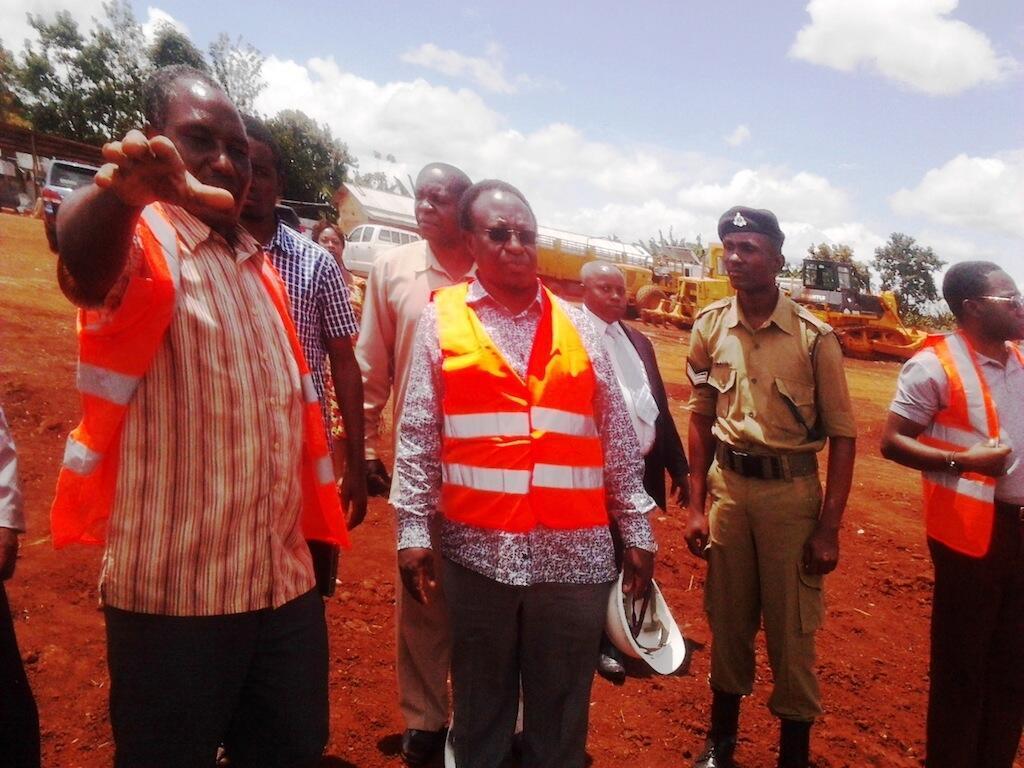 waziri wa Tanzania kwenye jumuiya ya afrika ya mashariki Dr Harrison Mwakyembe (katikati), akiwa kwenye mpakani wa Tanzania eneo la Kabanga, Machi 22 mwaka 2015.