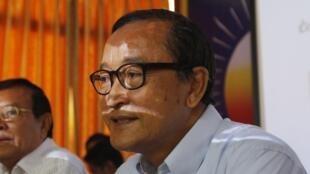 Sam Rainsy, président du Parti du sauvetage national du Cambodge (CNRP), en conférence de presse à Phnom Penh, le 7 janvier 2014.