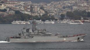 Tàu chiến Nga vượt qua eo biển Bosphore tiến vào vùng biển Địa Trung Hải, đầu tháng 10/2015.