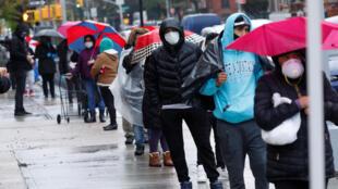Dân nghèo xếp hàng chờ nhận đồ ăn miễn phí do Hiệp hội Tế bần Thiên Chúa Giáo Brooklyn and Queens phân phát, Brooklyn, TP New York, Mỹ, ngày 24/04/2020