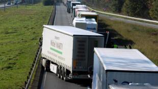 Le 16 novembre 2013, dans l'ouest de la France (Marcheprime), des camions poids lourds bloquent une route pour protester contre la loi écotaxe.