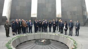 В Армении представители европейской делегации посетили памятник жертвам геноцида армян, хоть и признаются, что это был рискованный шаг.