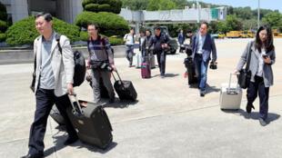Des journalistes sud-coréens embarquent pour Wonsan, depuis Séoul, le 23 mai 2018.