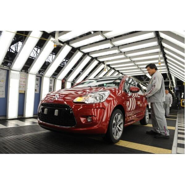 Готовая модель автомобиля выходит из сборочного цеха завода Ситроэн в Ольне-су-Буа