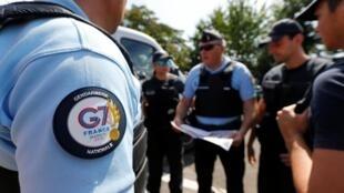 Des gendarmes français préparent la tenue du G7 à Biarritz le 21 août 2019.