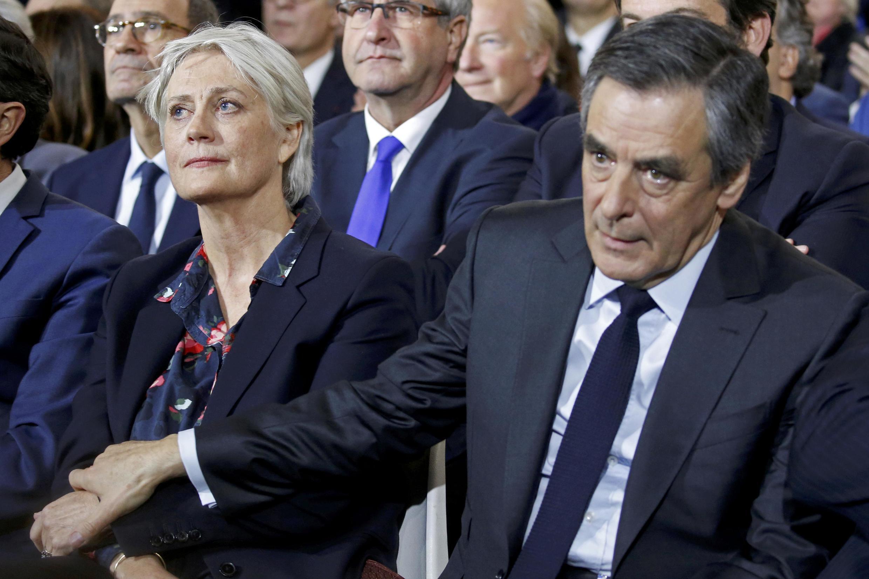 Кандидат в президенты Франции от правых Франсуа Фийон с женой Пенелопой через несколько дней после того, как начался скандал «Пенелопагейт». Париж, 29.01.2017