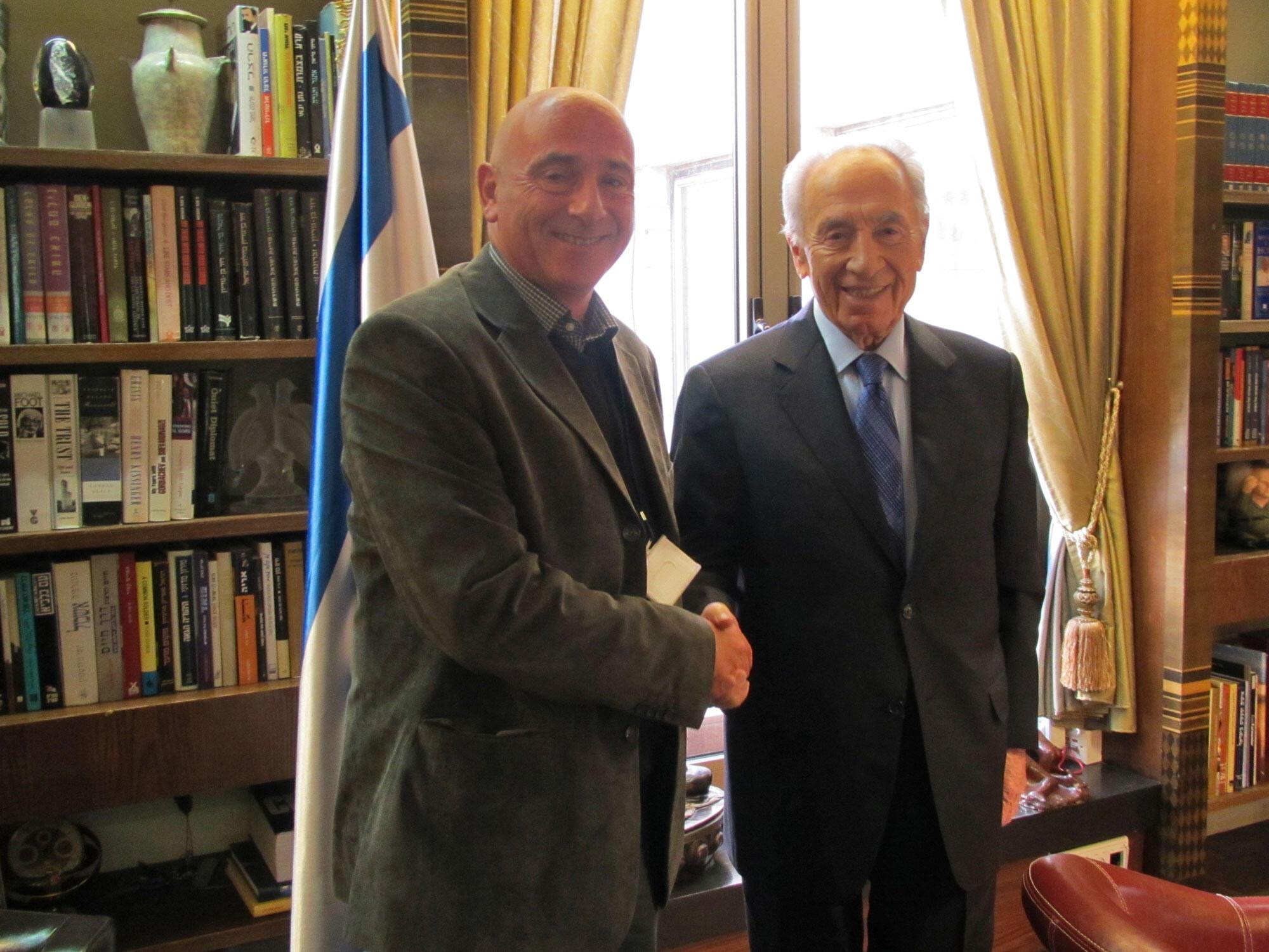 Le président israélien, Shimon Peres (D) et Michel Paul.