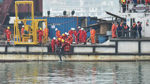 重慶,10月30日,搜救人員在長江尋找墜江公交車裡的乘客。