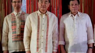 Tổng thống Philippines Rodrigo Duterte (P) và các ngoại trưởng Trung Quốc, Vương Nghị (G), Philippines Alan Peter Cayetano, nhân cuộc họp các ngoại trưởng ASEAN tại Manila ngày 08/08/2017