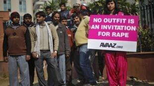 « Aucune tenue n'est une invitation au viol », déclare la pancarte tenue par une jeune femme lors d'une manifestation devant la cour de justice de New Delhi pour protester contre le viol collectif d'une jeune femme de 23 ans, le 21 janvier 2013.