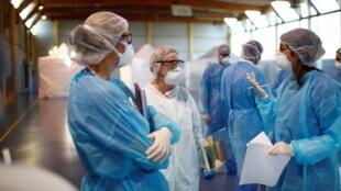 Trước đại dịch virus corona, các bác sĩ, y tá Pháp cần 40 triệu khẩu trang mỗi tuần, nhưng năng lực sản xuất chỉ có 8 triệu/tuần.
