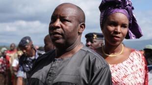 Evariste Ndayishimiye, ici avec son épouse Angelique Ndayubaha, dans un bureau de vote de la commune de Giheta, dans la province de Gitega, dans le centre du Burundi, le jour des élections, le 20 mai 2020.