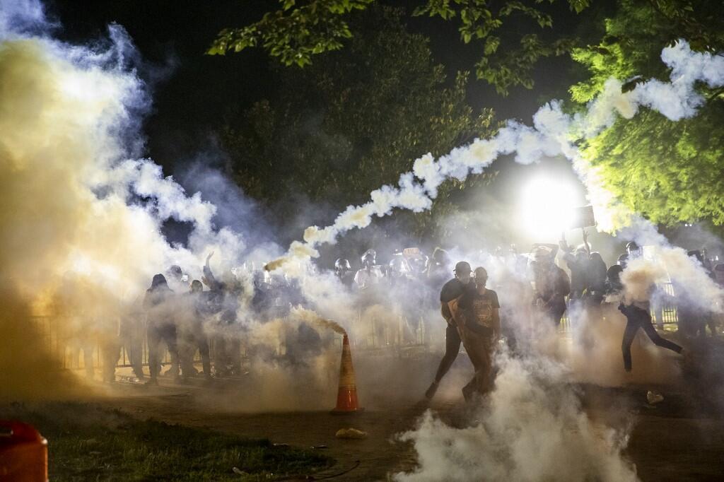Tir de gaz lacrymogènes, lors d'un face-à-face entre policiers et manifestants qui demandent justice pour George Floyd, non loin de la Maison-Blanche, le 31 mai 2020.