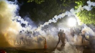 Tir de gaz lacrymogène lors d'un face-à-face entre policiers et manifestants qui demandent justice pour George Floyd, non loin de la Maison-Blanche, le 31 mai 2020.