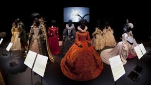 Figurinos de cinema em exposição no museu Victoria and Albert de Londres.