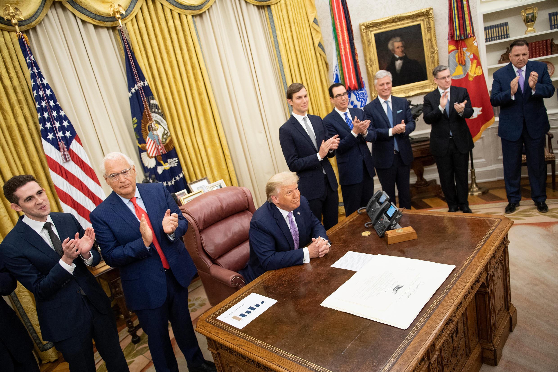 O embaixador americano em Israel, David Friedman,e o conselheiro do presidente americano Donald Trump, Jared Kushner, celebram a assinatura do acordo com Israel que interrompe a anexação de territórios palestinos