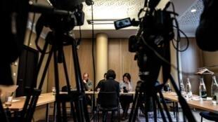 2018年10月7日,在法國里昂舉行的新聞發布會上,國際刑警組織前主席孟宏偉的妻子格蕾絲·孟正在跟記者交談。她表示不希望露臉。
