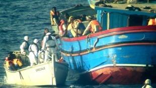 Opération de secours de la Marine italienne au large de la Sicile, 30 migrants ont été retrouvés morts. 29 juin 2014.