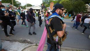 Selon The Washington Post, plusieurs milices composées de civils armés conservateurs ont fait irruption dans l'espace public, un peu partout dans le pays. Ici, dans la ville de Charlotte, en mai 2020