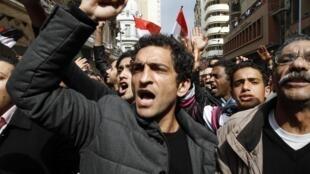 Le comédien égyptien Amr Waked s'est joint à des manifestants anti-gouvernementaux sur la place Tahrir au Caire le 10 février 2011, lors de la 17ème journée consécutive de manifestations réclamant le renversement du dirigeant.