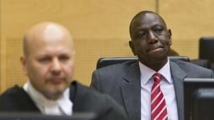 Naibu Rais wa Kenya William Samoei Arap Ruto akiwa na Wakili wake Karim Khan ndani ya Mahakama ya Kimataifa ya Uhalifu wa Kivita ICC