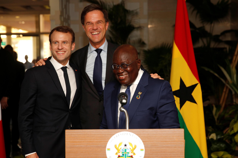 Le président Macron (G), le Premier ministre néerlandais Mark Rutte (C) et le président ghanéen Nana Akufo-Addo (D), à Accra, le 30 novembre 2017.