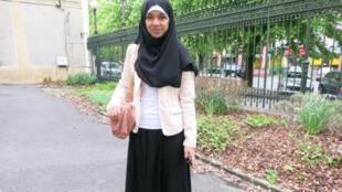 """Sarah, estudante francesa e muçulmana de 15 anos,  foi impedida de entrar na escola duas vezes por vestir uma saia """"muito longa""""."""
