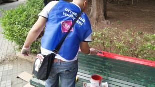 Une équipe de bénévoles de Retake se charge de la réhabilitation des bancs des parcs de Palerme.