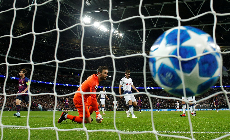 Le gardien de but de Tottenham, Hugo Lloris, impuisant face au FC Barcelone de Lionel Messi (à gauche).
