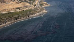 Une marée noire est visible à la surface de l'océan Pacifique près de Refugio State Beach le 21 mai 2015 à Goleta, en Californie.