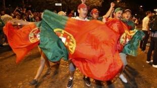 Portugueses festejam vitória nos Champs Élysées