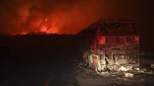 Остов сгоревшего автобуса, перевозившего сотрудников Управления тюрем.