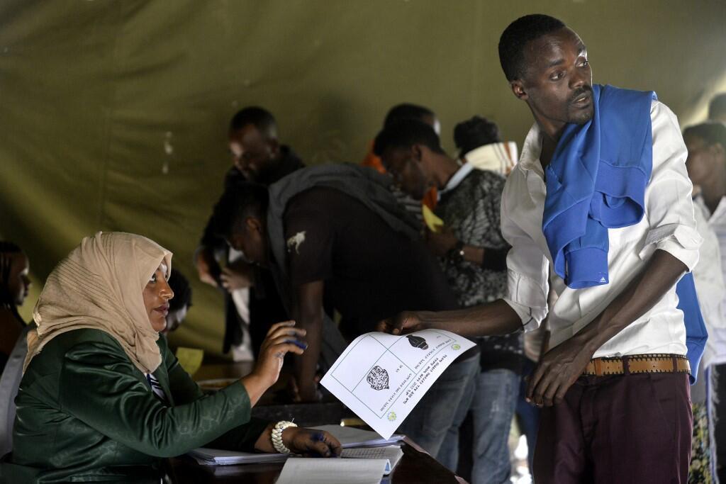 Un électeur se prépare à voter lors du référendum Sidama à Hawassa, le 20 novembre 2020, en Ethiopie.