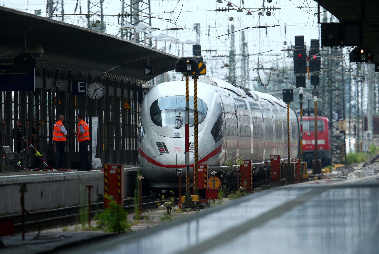 Um homem de 40 anos empurrou um garoto e sua mãe quando um trem entrava na principal estação de Frankfurt nesta segunda-feira (29).
