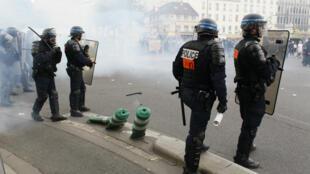 Les méthodes de la police lors de la manifestation contre la loi Travail jeudi 26 mai à Paris font débat.