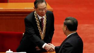 中國國家主席習近平向鍾南山院士頒發勳章