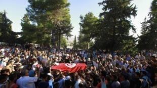 Enterro de policial morto ontem reuniu centenas de pessoas em Kef (Tunísia).