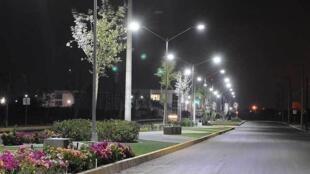 El alumbrado público de muchas ciudades se ha ido cambiando por luminarias de luces LED.
