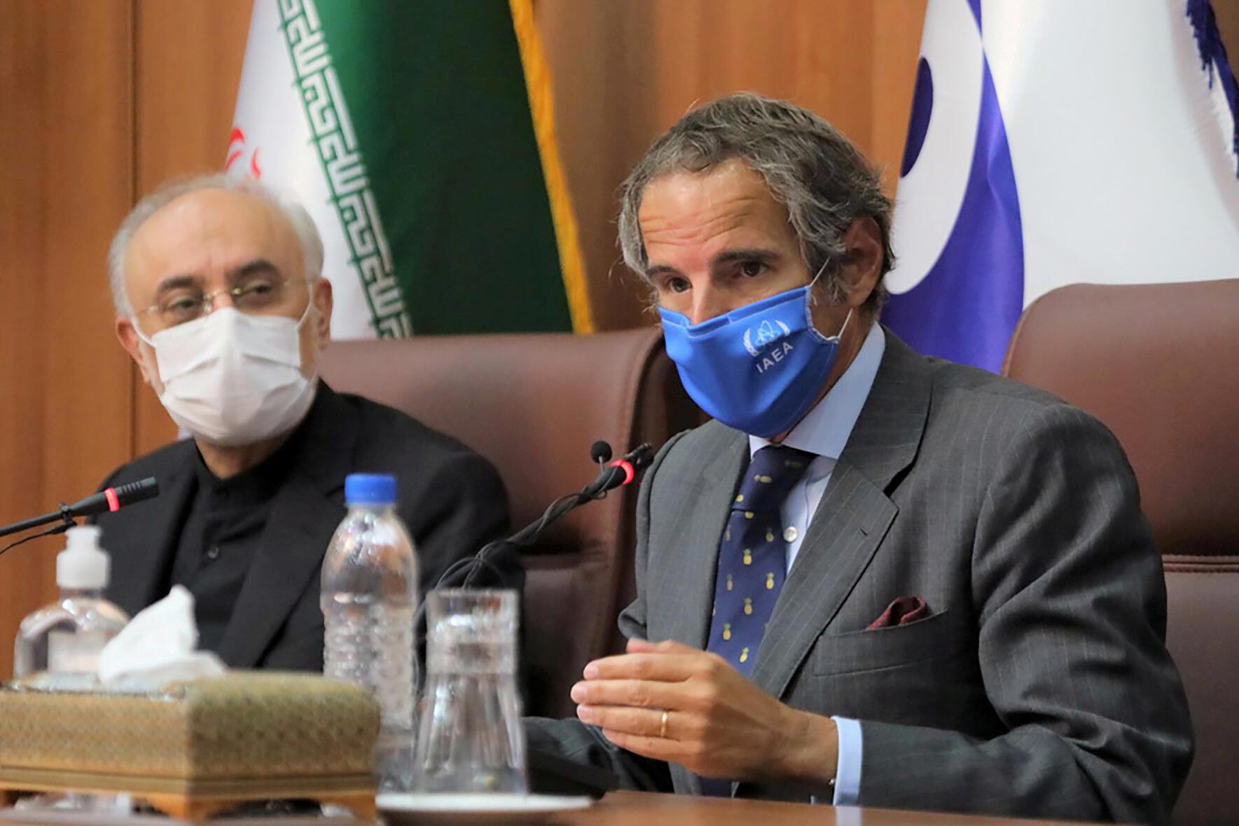 رافائل گروسی، رئیس کل آژانس بینالمللی انرژی اتمی (سمت راست) در کنار علی اکبر صالحی، رئیس سازمان انرژی اتمی ایران ـ تهران، ٢۵ اوت ٢٠٢٠