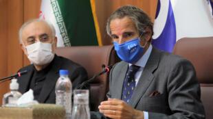 رافائل گروسی، مدیر کل آژانس بین المللی انرژی اتمی، (سمت راست) در کنار علی اکبر صالحی، رئیس سازمان انرژی اتمی ایران ـ تهران، ۲۵ اوت ۲۰۲۰