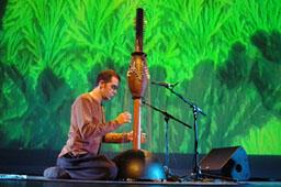 Victor Gama com harpa totem