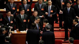2017年3月13日,香港特首梁振英(中)在政协年会上当选政协副主席后与中国国家主席习近平握手。
